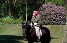 Anh nới lỏng hạn chế, Nữ hoàng có thể cưỡi ngựa đi dạo