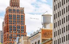 Nghệ sĩ trẻ đưa lời nói cuối cùng của George Floyd lên bầu trời nước Mỹ