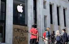 """Lo sợ bị dân quá khích đập phá hoặc ăn trộm, Apple Store khắp nước Mỹ lập tức """"phòng thủ"""" kiên cố theo cách đầy dã chiến"""