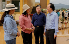 Bộ trưởng Phùng Xuân Nhạ động viên giáo viên, nhà trường vùng lũ Quảng Bình