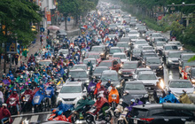 Ảnh: Mưa lớn, tắc đường, trời trở rét, người Hà Nội khổ sở sáng đầu tuần!