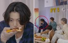 """Chỉ có thể là Jungkook (BTS): Các anh lớn mải livestream, """"em út vàng"""" thản nhiên ngồi đánh chén pizza mặc kệ thế giới"""