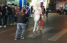 Xác minh 2 người đàn ông ăn mặc phản cảm, uốn éo gây náo loạn phố đi bộ ở Đà Lạt