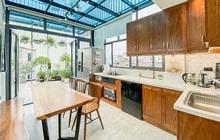 """Nhờ đến 2 đội thiết kế, cặp vợ chồng có được ngôi nhà """"cưng như con"""", ngắm khu vực bếp mới hiểu vì sao"""