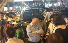 Ô tô gây tai nạn liên hoàn ở Hà Nội, tông xe biển xanh và hàng loạt phương tiện giữa phố