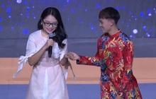 """Hồ Văn Cường """"ngượng đỏ mặt"""" khi ga lăng đỡ Phương Mỹ Chi xuống sân khấu"""