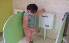 Đi học vài ngày, bé gái than khóc không dám đi vệ sinh, bà mẹ thay quần cho con liền phát hiện sự thật gây sốc