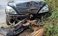 Hà Nội: Xe sang Lexus gây tai nạn liên hoàn, chỉ chịu dừng lại khi húc đổ gốc cây bên đường