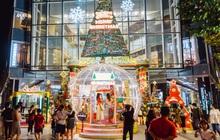 Còn gần 1 tháng nữa mới tới Giáng sinh nhưng nhiều trung tâm thương mại Sài Gòn đã trang hoàng lộng lẫy: Chỗ thì đông đúc, nơi lại vắng lạ thường
