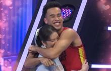 Lý Nhã Kỳ bất ngờ rơi nước mắt khi được ôm hot boy bóng rổ