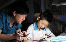 Con trai tối nào cũng học bài đến khuya nhưng vẫn kém, bố và cô giáo ngồi trao đổi với nhau, nói chuyện 1 hồi thì ra tại bố!