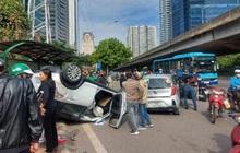 """Hà Nội: Sau khi gây tai nạn liên hoàn khiến 3 người bị thương, xế hộp """"phơi bụng"""" trên đường"""