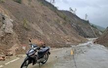 Nhiều tuyến đường ở Khánh Hòa, Phú Yên sạt lở, giao thông ách tắc