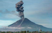 Hàng nghìn người ở Indonesia phải sơ tán do núi lửa hoạt động mạnh