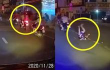 """Người cha rồ ga phóng xe khiến con trai ngã văng xuống đất, cảnh tượng sau đó khiến ai cũng """"thót tim"""""""