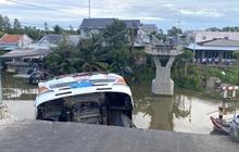 Sập cầu, xe tải chở 15 tấn lúa treo lơ lửng trên sông