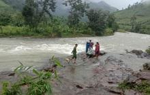 Mưa lớn, nước suối dâng chia cắt đường về, 36 du khách tại TP.HCM mắc kẹt trên núi Tà Giang