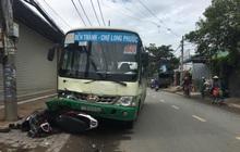 TP.HCM: Cụ ông chạy xe máy tông người đi bộ rồi lao vào đầu xe buýt bất tỉnh