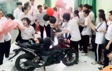 Học trò bí mật mua tặng xe máy 50 triệu khi thầy giáo than nghèo, nhưng sự thật thì shock lắm...
