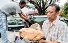 """Dạo bờ biển, lão ngư dân nghèo bắt gặp khối đá được cho là """"báu vật biển"""" lớn nhất thế giới từng được tìm thấy, chuẩn bị đổi đời thành triệu phú"""