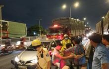 Tai nạn liên hoàn 8 ô tô trên cầu vượt ở Sài Gòn, 2 tài xế mắc kẹt gào thét kêu cứu