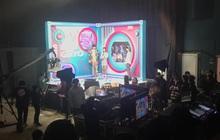 """Vnet """"bàng hoàng"""" trước hậu trường siêu giả trân của Inkigayo, tranh thủ cà khịa: """"Mấy nhóm đông dân chắc ngồi lên đầu nhau quá!"""""""