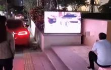 Ông bố thất thểu ngồi xem TV ngoài đường, hàng xóm đi qua hỏi thăm, nghe lý do liền tặc lưỡi: Muốn con học giỏi thì phải chịu!