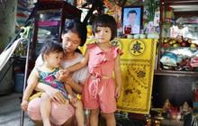 """Bố mất vì ung thư máu, mẹ trẻ chết lặng ôm 2 con khờ dại: """"Con bé cứ hỏi chừng nào cha mới dậy chở con đi chơi"""""""