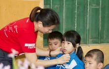 Những hình ảnh giản dị mà ấm áp để thấy người Việt luôn sống với nhau bằng tình nghĩa chân thành