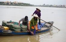 Hội An: Người dân chèo thuyền cứu người phụ nữ tự tử bị dòng nước cuốn trôi