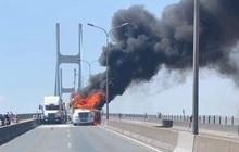 TP.HCM: Xe container bốc cháy ngùn ngụt trên cầu Phú Mỹ, phong toả đường để dập lửa