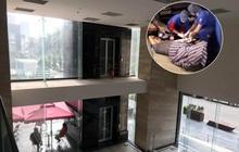 """Hà Nội: Cận cảnh hiện trường chiếc thang máy """"cực dị"""" không có lan can khiến người đàn ông rơi từ tầng 2 xuống đất đa chấn thương"""