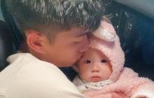 """Phan Văn Đức bịn rịn bên con gái trước ngày lên tuyển, vợ an ủi: """"Mẹ con ra ngay với bố mà"""""""