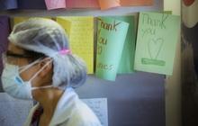 """COVID-19 gây """"chấn thương tâm lý hàng loạt"""" cho nhân viên y tế trên khắp thế giới"""