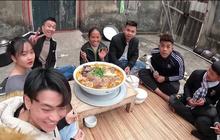 """Bà Tân Vlog dùng hẳn ớt bột Hàn Quốc để nấu... bún bò Huế, tưởng sai sai nhưng nhìn kết quả cũng """"rất gì và này nọ"""""""