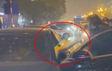 """Người phụ nữ chặn xe Mercedes giữa đường phố Hà Nội nghi do bị """"bạn tốt cướp chồng"""", cú đá của cô gái trẻ từ ô tô gây chú ý"""
