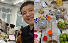 Ảnh hậu trường Táo Quân 2021 hé lộ bữa ăn vội của dàn nghệ sĩ tập luyện tận khuya: Nhìn bàn ăn mà fan không khỏi lo lắng!
