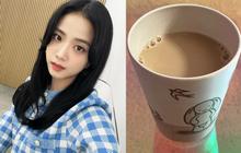 """Bữa trước khoe cafe sữa bị fan góp ý """"nhiều sữa quá"""", Jisoo bèn lẳng lặng """"sửa sai"""" vào hôm sau?"""