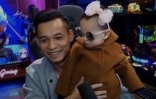 Thái độ triệu view của bé Cáo - con trai thứ 2 của Độ Mixi khi bị bố đem ra làm trò đùa trên sóng livestream