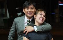 Quý Bình và bà xã doanh nhân lần đầu lộ diện sau hôn lễ: Công khai ôm ấp, còn chăm sóc từng chút tại sự kiện