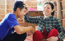 """Cha mất, mẹ dần mù lòa, đứa con trai 16 tuổi phải nghỉ học đi phụ hồ nuôi gia đình: """"Mẹ mà có chuyện gì em không sống nổi"""""""
