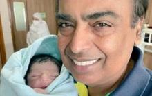 Cuộc sống đầy đặc quyền không chỉ có vàng bạc nhung lụa của cháu trai tỷ phú giàu nhất châu Á mới chào đời