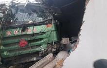 Tài xế ngủ gật, ô tô tải mất lái lao vào nhà dân