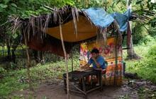 Học trực tuyến ở Philippines: Băng rừng lên núi, trèo nóc nhà hay ra nghĩa địa chỉ để có Internet, việc học chưa bao giờ gian nan đến thế!