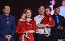2 thiên thần nhí Trúc Nhi - Diệu Nhi siêu đáng yêu khi cùng cha mẹ và ekip phẫu thuật có mặt trong đêm Gala WeChoice Awards 2020
