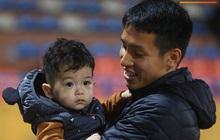 Con trai Hùng Dũng tinh nghịch trên sân trước trận Hà Nội FC gặp CLB Bình Dương