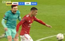 """Dùng tiểu xảo """"hét toáng lên"""", cầu thủ Liverpool vẫn không thể ngăn tài năng trẻ MU ghi bàn"""