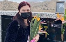 Ca sĩ Phương Loan lộ đôi mắt sưng húp khi đến viếng NS Chí Tài, người thân có tiết lộ gây xót xa