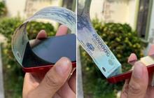"""Cộng đồng mạng đua nhau """"đu trend"""" nhét tiền vào khe iPhone 12, phải chăng những chiếc iPhone đã gặp lỗi trong quá trình lắp ráp?"""