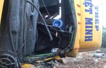Tài xế mắc kẹt trong cabin khi xe container lật ngang, tông sập trụ điện